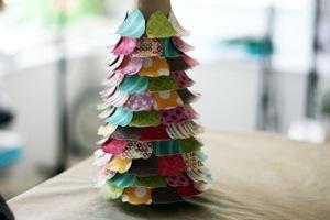 елка из бумаги, Поздравляем С Новым Годом и Рождеством, Готовимся к Новому Году, украшаем дом на новый год, украшаем дом на новый год, как нарядить елку, как украсить новогоднюю елку, новогодняя елка фото, необычные елки, как красиво украсить елку, как украсить елку, необычная елка своими руками